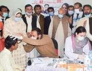 لاہور، گورنر پنجاب چوہدری محمد سرور اور بیگم پروین سرور کمیرشریف میں ..