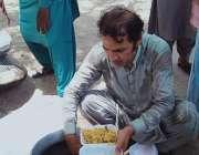گھوٹکی، ٹرین حادثے کے بعد مقامی افراد کی جانب سے مسافروں میں کھانا ..