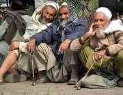 لاہور، بزرگ مزدور بھاٹی چوک میں رزق کی تلاش میں بیٹھے ہیں۔