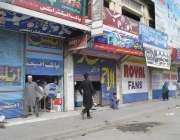 پشاور، حکومت کی جانب سے لگائے گئے لاک ڈاؤن کے باوجود خیبربازار میں ..