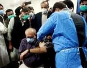 حیدرآباد، کورونا وائرس سے بچاؤ کی ویکسین ہیلتھ ورکرز کو لگائی جا رہی ..