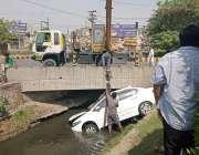 لاہور، جناح ہسپتال کے قریب گندے نالے میں گرنے والی گاڑی کو کرین کے زریعے ..