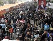 لاہور، لاہور بار ایسوسی ایشن کے سالانہ انتخابات کے موقع پر ووٹرز کا ..