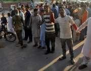 حیدرآباد، کچہ قلعہ شاہ فیصل کالونی کے رہائشی بجلی کی طویل بندش پر ہل ..