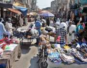 راولپنڈی، لاک ڈاؤن کی خلاف ورزی کرتے ہوئے باڑہ مارکیٹ میں سٹال ہولڈرز ..