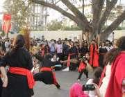 لاہور، خواتین کے عالمی دن کے موقع پر عورت مارچ کے شرکاء پنجاب اسمبلی ..