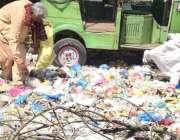 لاہور، ایک محنت کش کوڑے کے ڈھیر سے کارآمد اشیاء تلاش کر رہا ہے۔