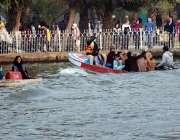 لاہور، جیلانی پارک کی سیر کیلئے آنے والی فیملیاں کشتی رانی سے لطف اندوز ..