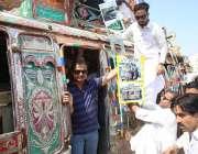 کراچی، سندھ اسمبلی میں اپوزیشن لیڈر حلیم عادل شیخ لوکل بس میں سفر کر ..