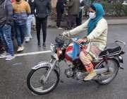لاہور، موٹرسائیکل سوار خاتون اپنی منزل کی جانب رواں دواں ہے۔