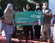 پشاور، وزیراعلی خیبرپختونخوا محمود خان صحت پلس کارڈ کے تیسرے مرحلے ..