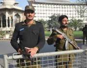 لاہور، پنجاب اسمبلی کے اجلاس کے موقع پر پولیس اہلکار داخلی راستے پر ..