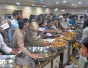 راولپنڈی، مری روڈ پر مقامی سویٹ کی دکان پر شہریوں نے خریداری کیلئے ..