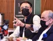 اسلام آباد، وفاقی وزیر منصوبہ بندی اسد عمر پریس کانفرنس سے خطاب کر ..