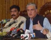 ملتان، وفاقی وزیر خارجہ شاہ محمود قریشی پریس کانفرنس سے خطاب کر رہے ..