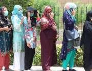کراچی، ایکسپو سینٹر میں خواتین کورونا وباء سے بچاؤ کی ویکسین لگانے ..