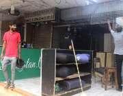 کراچی، 6 بجے کے بعد دکاندار اپنا کاروبار بند کر رہے ہیں۔