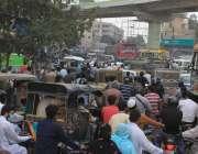 کراچی، گرومندر پر شدید ٹریفک جام کی وجہ سے گاڑیوں کی قطاریں لگی ہوئی ..