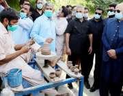 ہڑپہ، گورنر پنجاب چوہدری محمد سرور ہڑپہ میوزیم کے دورہ کے موقع پر ایک ..