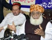 پشاور، جے یو آئی کے سربراہ مولانا فضل الرحمن پریس کانفرنس سے خطاب کر ..