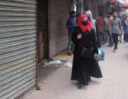 کراچی، 6 بجے کے بعد زینب مارکیٹ بند ہونے کے باعث خواتین واپس جا رہی ہیں۔