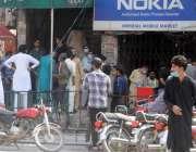 راولپنڈی، لاک ڈاؤن کے باوجود راجہ بازار میں شہریوں کا رش دکھائی دے ..