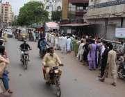کراچی، شہری کتیانہ میمن ہسپتال میں کورونا وباء سے بچاؤ کی ویکسین لگانے ..