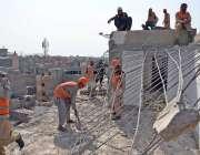 کراچی، کے ایم سی کے ملازمین محمودآباد کے نالے پر قائم غیر قانونی مکان ..
