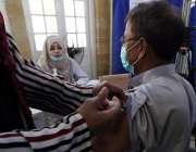 کراچی، 60 سال کی عمر کے افراد کو کووڈ19 کی ویکسینیشن کئے جانے کے پہلے ..