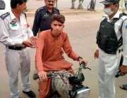 کراچی، عدالت کے حکم پر کم عمر موٹر سائیکل سوار لڑکے کو پولیس اہلکار ..