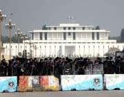 اسلام آباد، وکلاء کے قومی اسمبلی کے سامنے احتجاج کے موقع پر پولیس اہلکار ..