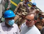 گھوٹکی، وفاقی وزیر ریلوے اعظم خان سواتی امدادی کاموں کا معائنہ کر رہے ..