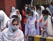 لاہور، کورونا وائرس کی تیسری لہر میں کمی کے باعث سکول کھلنے کے بعد طالبات ..
