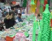 لاہور، شہری 14 اگست کی مناسبت سے خریداری کر رہے ہیں۔