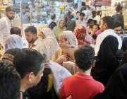 راولپنڈی، عید کی شاپنگ کیلئے آئی خواتین کا موتی بازار میں رش بنا ہوا ..