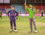 کراچی، لاہور قلندرز کے کپتان سہیل اختر میچ کے آغاز پر ٹاس کیلئے سکہ ..