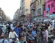 کراچی، برنس روڈ فوڈ اسٹریٹ پر روزہ کی افطاری کیلئے خریداری کرنے والے ..