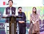اسلام آباد، وزیراعظم عمران خان ایف نائن پارک میں پودا لگانے کے بعد ..