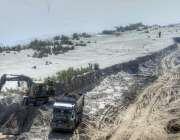 حیدرآباد، مزدور دریائے سندھ کے کناروں پر موجود ریت کو ٹرالوں پر بھر ..