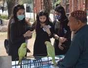 لاہور، جیلانی پارک میں جاری جشن بہاراں میلے میں لڑکیاں طوطے کی مدد ..