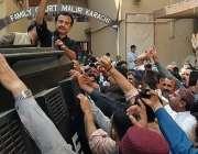 کراچی، تحریک انصاف کے رہنما حلیم عادل شیخ عدالت میں پیشی کے موقع پر ..