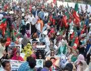 کراچی، پریس کلب کے سامنے تحریک انصاف کے کارکنان حلیم عادل شیخ کی رہائی ..
