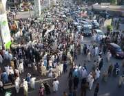 راولپنڈی، پی ڈی ایم کے زیر اہتمام مظاہرے میں کارکن مری روڈ پر مہنگائی ..