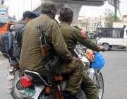 راولپنڈی، دوسروں کو نصیحت خود میاں فصحیت ۔ پولیس موٹرسائیکل سوار ہیلمٹ ..