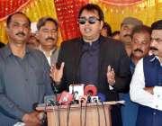 فیصل آباد، وزیراعظم کے خصوص مشیر ڈاکٹر شہباز گل چک نمبر 270 آر بی میں ..