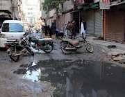 کراچی، مسجد روڈ بہار کالونی میں شہری اپنی مدد آپ کے تحت صفائی کر رہے ..