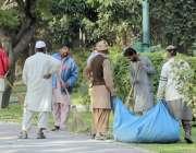 لاہور، پی ایچ اے کے ملازمین جیلانی پارک کی صفائی کر رہے ہیں۔