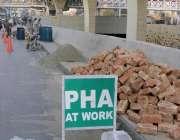 راولپنڈی، کمیٹی چوک انڈرپاس کے اردگرد حفاظتی دیواروں کا کام جاری ہے۔