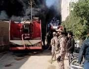 کراچی، سائیٹ ہارون آباد میں فیکٹری میں لگنے والی آگ سے دھواں اُٹھ رہا ..