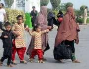 راولپنڈی، کالعدم جماعت کی احتجاجی کال کے باعث مسافر سامان اُٹھائے ..